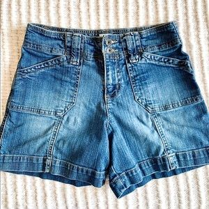 Cute vintage cargo jean shorts w/ lots of pockets
